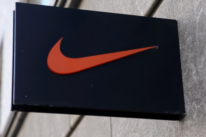 미국 스포츠 브랜드 나이키의 임원이 아들이 한정판 운동화를 되팔았다는 논란이 불거지자 사임했다. /사진=로이터