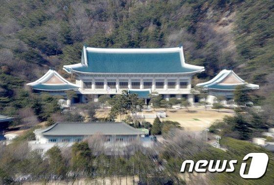 문재인 대통령이 한국토지택공사(LH) 직원들의 투기 의혹과 관련해 토지거래 전수조사를 지시했다. 사진은 청와대 전경. /사진=뉴스1