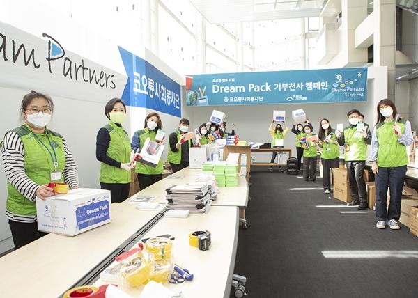 서창희 코오롱사회봉사단 총단장(왼쪽에서 두번째)과 김승일 코오롱CSR 사무국장 부사장(오른쪽에서 두번째)을 비롯한 임직원들이 드림팩을 제작하고 있다. /사진=코오롱