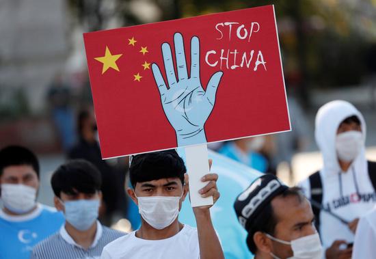 중국 정부가 신장 위구르 자치구에 사는 소수민족들을 다른 지방으로 강제로 이주시켜 인구 감소를 꾀하고 있다는 보도가 나왔다. 사진은 지난해 10월 터키 이스탄불에서 시위대가 중국의 위구르족 탄압 중단을 촉구하는 시위를 하고 있는 모습. /사진=로이터