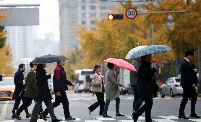 목요일인 4일은 전국적으로 포근한 날씨가 이어지는 가운데 오후부터 저녁 사이에는 전국 곳곳에 비가 내릴 예정이다. 사진은 서울 여의도공원의 모습. /사진=뉴스1