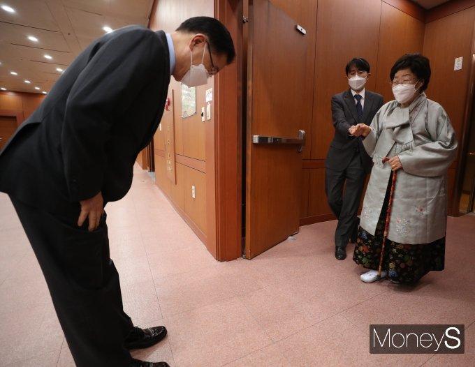 [머니S포토] 이용수 할머니 만난 정의용 외교부 장관