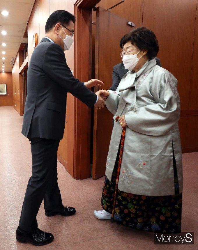 [머니S포토] 이용수 할머니 반갑게 맞이하는 정의용 장관