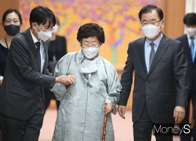 [머니S포토] 접견실로 향하는 이용수 할머니와 정의용 장관