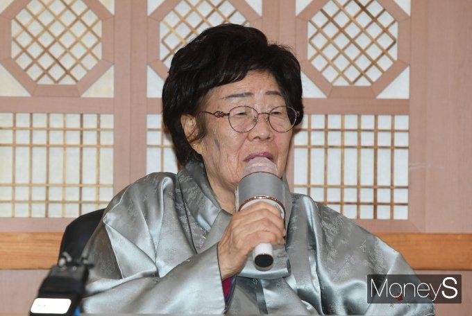 [머니S포토] 기자간담회에서 취재진 질문 답하는 이용수 할머니