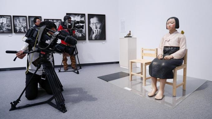 일본 현지 언론에서 한·일 관계 회복을 위해 일본 측의 노력도 필요하다는 주장이 나왔다. 사진은 일본 나고야시 아이치현 미술관의 '표현의 부자유전-그 이후' 기획 전시장에 '평화의 소녀상'이 전시돼 있는 모습. /사진=로이터