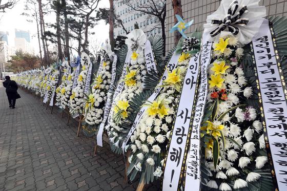 정인이 양부모의 3차 공판이 열린 3일 오후 재판이 열린 서울 양천구 서울남부지법 앞에 정인이를 추모하는 화환이 줄지어 세워졌다. /사진=뉴스1