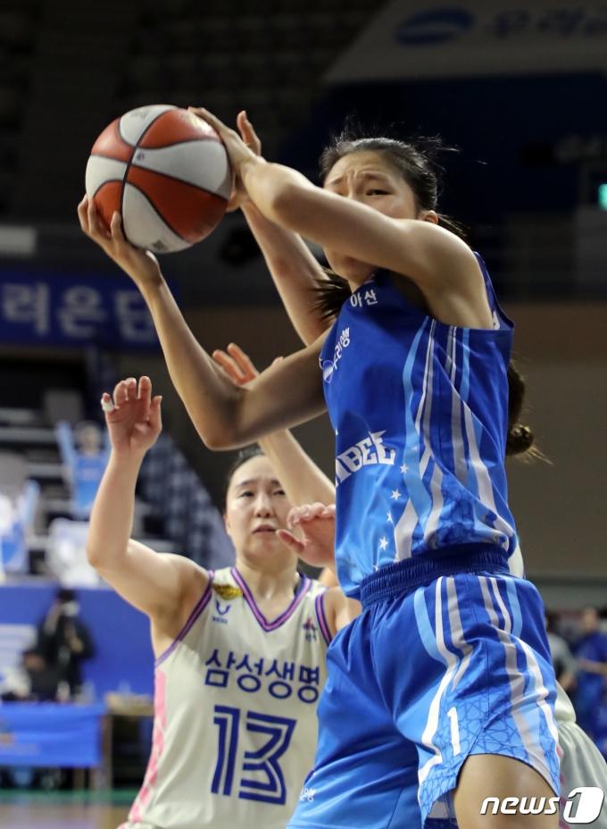 [사진] 리바운드 성공하는 우리은행 박지현