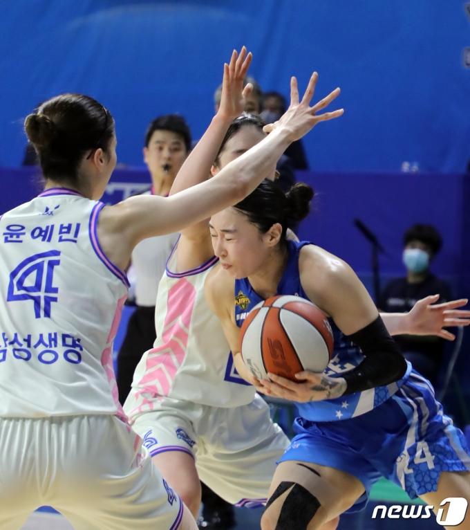[사진] 김소니아 '두 눈 질끈 감고 돌파'