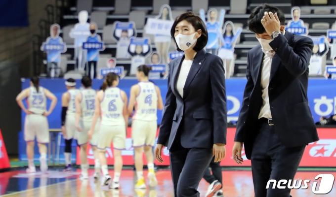 [사진] 챔피언결정전 앞에서 위기 맞은 우리은행 위성우 감독