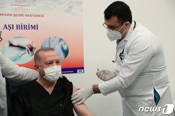 레제프 타이프 에르도간 터키 대통령이 중국산 백신인 시노백 백신을 공개 접종하고 있다. © 로이터=뉴스1 © News1 박형기 기자