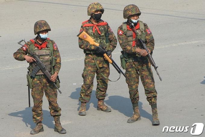 2일(현지시간) 미얀마 케일에서 무장 군인들이 군부 쿠데타 규탄 시위를 지켜보고 있다. © AFP=뉴스1 © News1 우동명 기자
