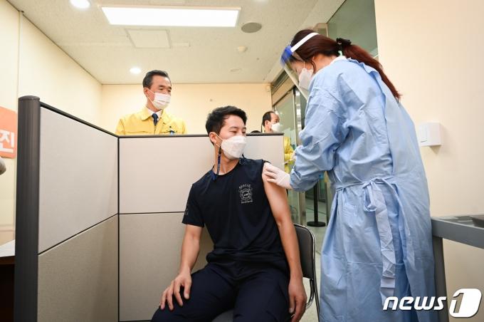 여주소방서 119구급대원이 백신을 접종하고 있다.(여주시 제공) © News1 김평석 기자