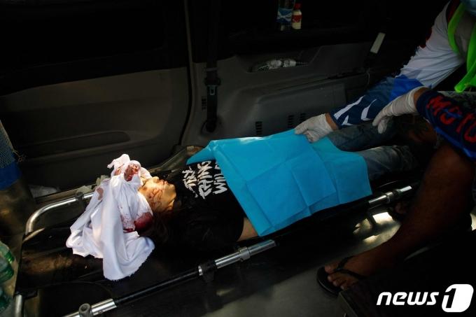 병원으로 후송되는 미얀마 시위 부상자 © AFP=뉴스1