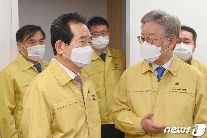 정세균(왼쪽) 국무총리와 이재명 경기도지사./뉴스1 © News1 경기사진공동취재단