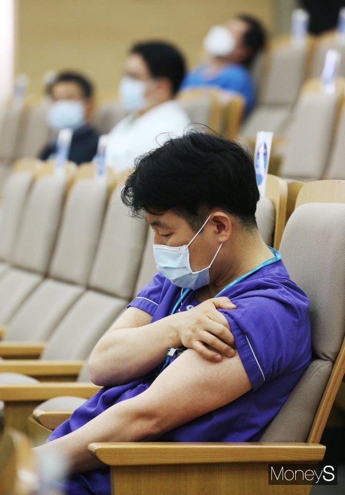 [머니S포토] 서울대병원 의료진 백신 접종