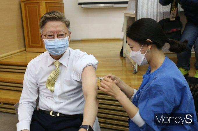 [머니S포토] 백신 맞는 김연수 서울대병원장