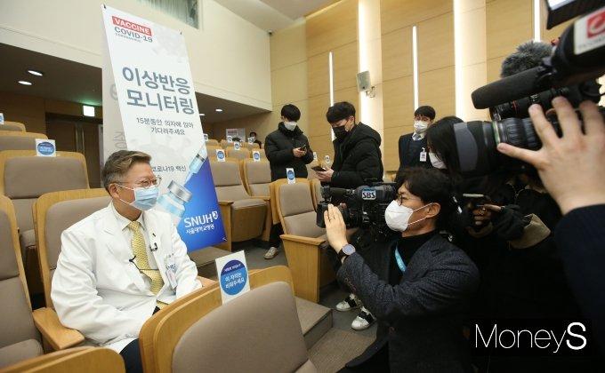 [머니S포토] AZ 백신 접종 뒤 대기하는 서울대병원장