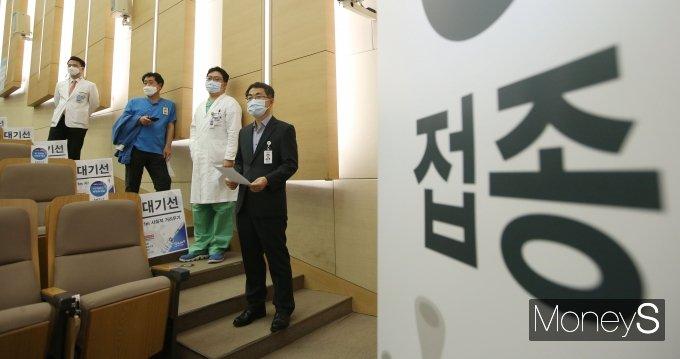 [머니S포토] 오늘부터 상급종합병원 의료진 AZ백신 접종