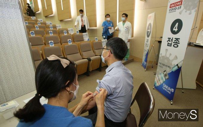 [머니S포토] 코로나19 백신 접종받는 서울대병원 의료진