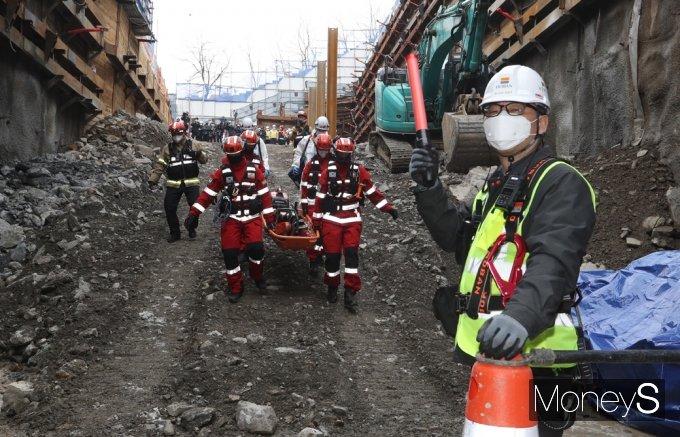 [머니S포토] 해빙기 대비, 터널공사 붕괴상황 모의훈련 실시