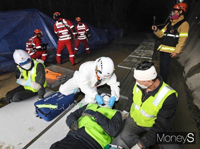 [머니S포토] 민관협, 해빙기 대비 터널 공사장 붕괴 가장 모의 구조훈련