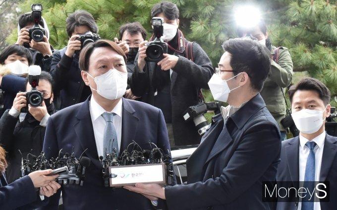 """[머니S포토] 전격 사의 윤석열 """"정의와 상식 무너지는 것 볼수 없다"""""""