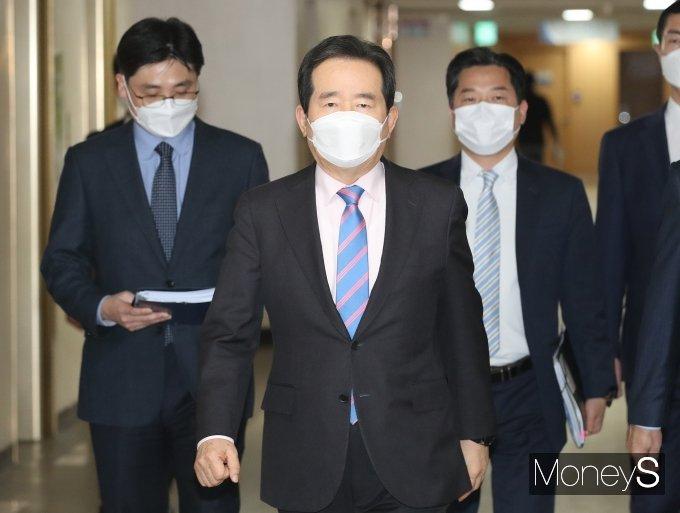 [머니S포토] 'LH직원 신도시 투기' 의혹 브리핑실로 향하는 정세균 총리
