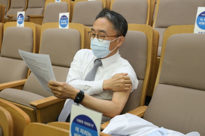 서울대병원에서 코로나 백신을 접종하고 있다./사진=사진공동취재단