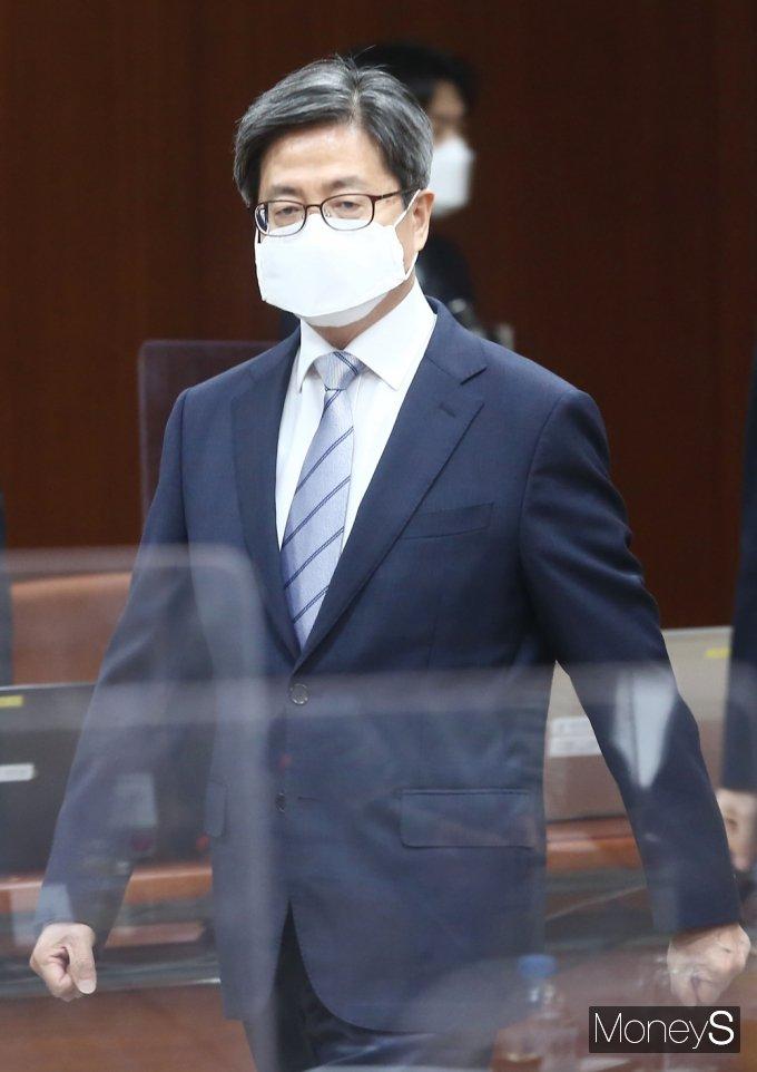 [머니S포토] 전국 법원장 화상회의 입장하는 김명수 대법원장