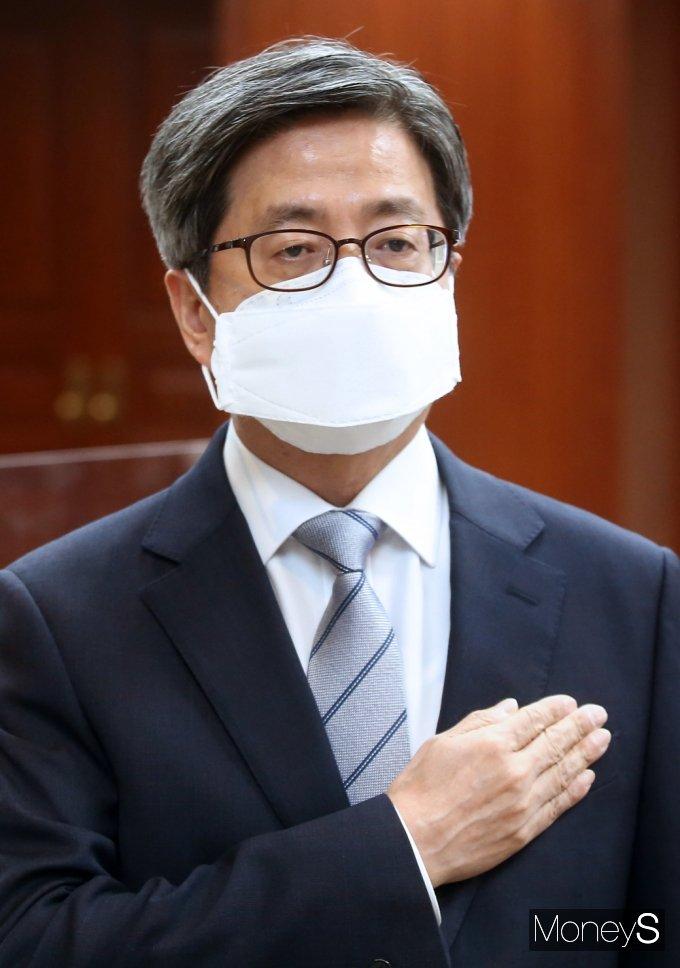 [머니S포토] 국민의례갖는 김명수 대법원장