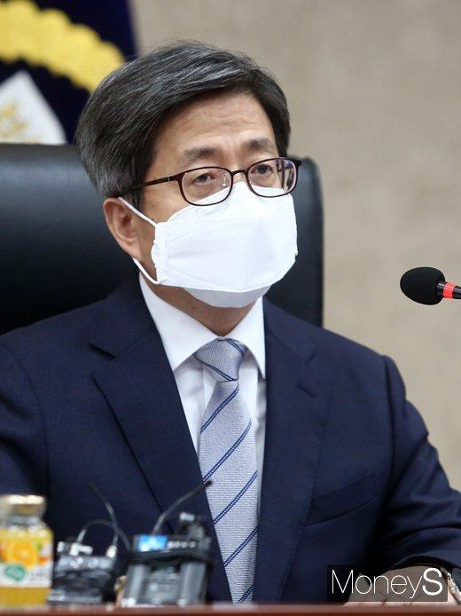 [머니S포토] 전국 법원장 화상회의, 인사말 전하는 '김명수'
