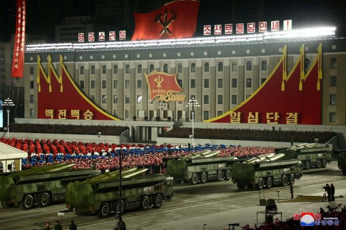 바이든 정부의 잠정 국가안보전략은 군사력은 북핵억제를 위한 최후의 수단이라고 명시했다. 사진은 지난 1월14일 북한 평양에서 열린 제8차 노동당 대표자회 기념 열병식의 모습. /사진=로이터(북한중앙통신 제공)