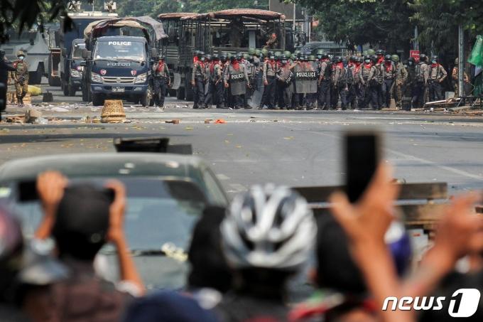 3일(현지시간) 미얀마 제2도시 만달레이에서 군부 쿠데타에 항의하는 시위가 벌어지고 있다. © 로이터=뉴스1
