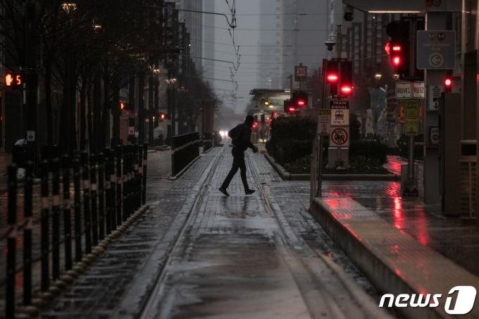 텍사스주 휴스턴의 한 거리에서 기록적인 한파를 뚫고 한 남자가 길을 건너고 있다. © 로이터=뉴스1 © News1 원태성 기자