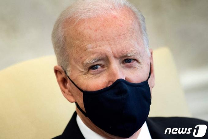 조 바이든 미국 대통령이 3일(현지시간) 워싱턴 백악관에서 민주·공화 양당 상원의원들을 만나 암 극복 문제를 논의하고 있다. © AFP=뉴스1 © News1 우동명 기자