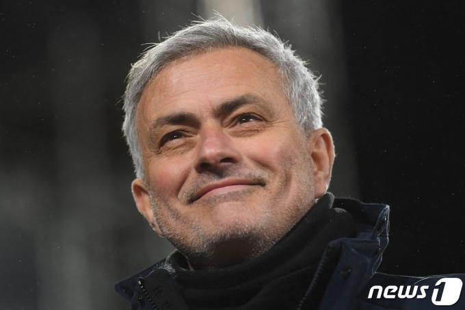 풀럼을 상대로 1골 차 승리를 거둔 조제 모리뉴 감독이 미소짓고 있다.  © AFP=뉴스1