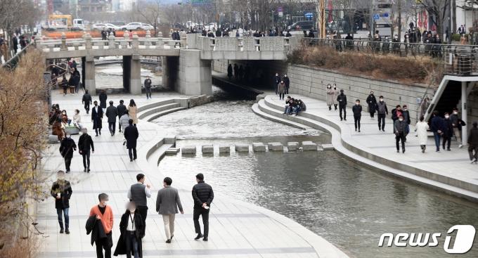 절기상 '경칩(驚蟄)'을 하루 앞둔 4일 오후 서울 청계천에서 시민들이 산책을 하고 있다. 2021.3.4/뉴스1 © News1 황기선 기자
