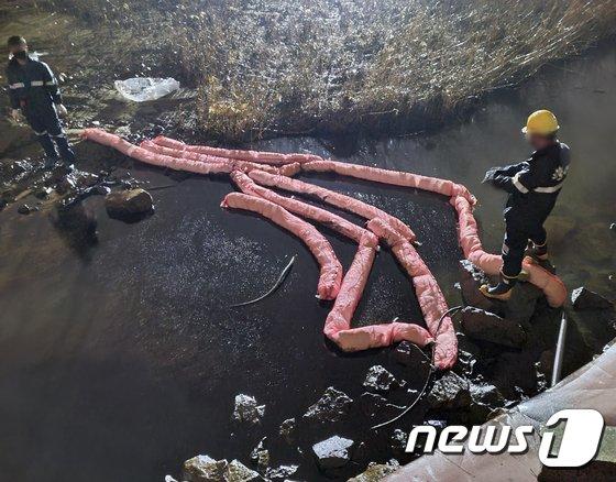 4일 오후 6시23분께 울산시 울주군 온산읍 에쓰오일 부스터 펌프 주변에서 원유가 누출되는 사고가 발생한 가운데 해안 유출을 막기 위해 오일펜스가 설치되고 있다. /사진=뉴스1