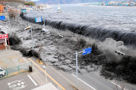 뉴질랜드에서 5일 오전 세차례 지진이 발생해 쓰나미 경보가 내려졌다. 사진은 2011년 일본 이와테현에서 일어난 지진으로 인해 쓰나미가 일어난 모습. /사진=로이터