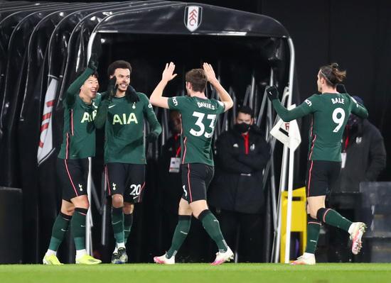토트넘 홋스퍼 선수들이 5일(한국시간) 영국 런던의 크레이븐 코티지에서 열린 2020-2021 잉글랜드 프리미어리그 27라운드 풀럼과의 경기에서 전반 19분 상대 자책골로 첫 득점을 올린 뒤 기뻐하고 있다. /사진=로이터
