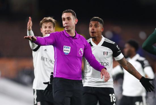 풀럼 미드필더 마리오 레미나(오른쪽)가 5일(한국시간) 영국 런던의 크레이븐 코티지에서 열린 2020-2021 잉글랜드 프리미어리그 27라운드 토트넘 홋스퍼와의 경기에서 데이비드 쿠트 주심의 판정에 항의하고 있다. /사진=로이터