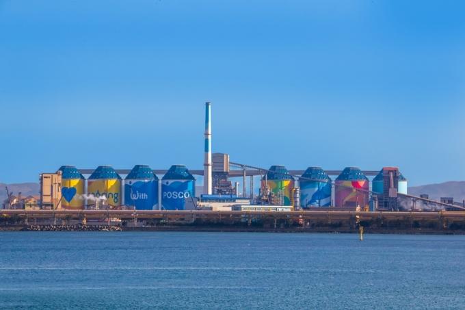 포스코는 지난 1월 포항제철소에 약 2000억원을 투자해 먼지 저감을 위한 밀폐형 원료 처리 시스템인 사일로 8기를 준공했다. /사진=포스코