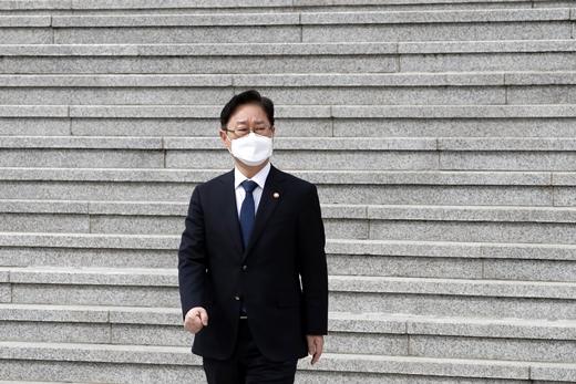 박범계 법무부 장관이 4일 오후 경기 과천정부청사에서 발걸음을 옮기고 있다. /사진=뉴스1