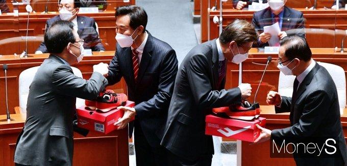 [머니S포토] 빨간 운동화 전달받는 오세훈-박형준