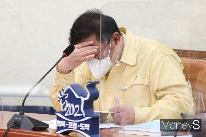 [머니S포토] 자료 확인하는 김태년 원내대표