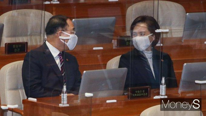 [머니S포토] 본회의에서 대화하는 홍남기·유은혜 부총리