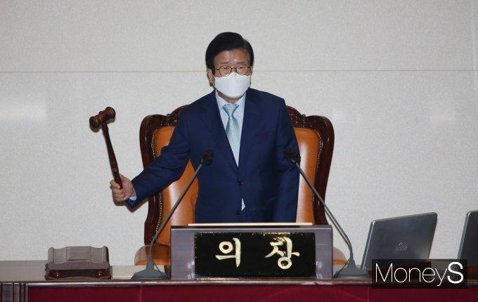 [머니S포토] 의사봉 두드리는 박병석 국회의장