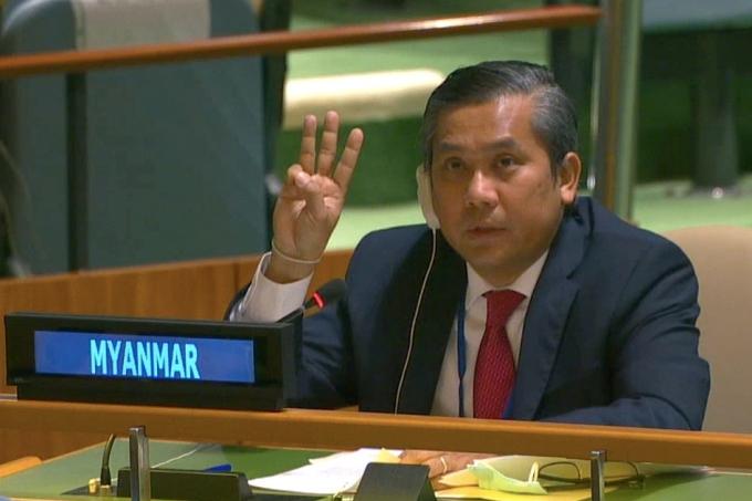 신임 유엔 미얀마 대표가 자신이 아닌 전임자가 계속 미얀마를 대표하고 있다고 밝히며 사임했다. '사진은 지난달 26일(현지시각) 유엔 총회에서 초 모에 툰 당시 미얀마 대사가 연설이 끝내고 손가락 세 개를 들어 보이며 군사 쿠데타에 대해 항의하는 모습. /사진=로이터