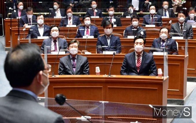 [머니S포토] 국힘 의총 주호영 발언 경청하는 오세훈-박형준